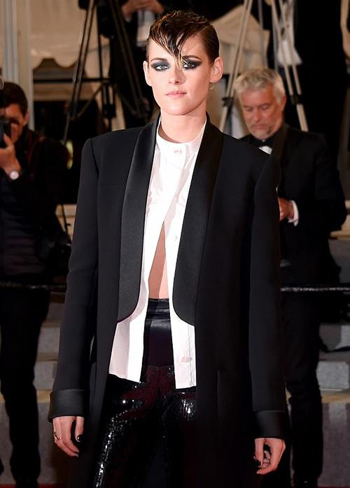Vốn là sao có cá tính mạnh nên Kristen chẳng ngại diện đồ đậm chất menswear. Chiếc áo sơ mi của cô nàng còn được mở cúc dưới lấp ló vòng hai để tăng độ phá cách.