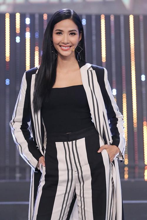 Hoàng Thùy là người đẹp tiếp theo tham gia gamshow Quý ông đại chiến cùng Hari Won, Lan Ngọc, Lâm Vỹ Dạ. Người đẹp cùng 200 quý cô khác sẽ chọn ra người đàn ông hoàn hảo.