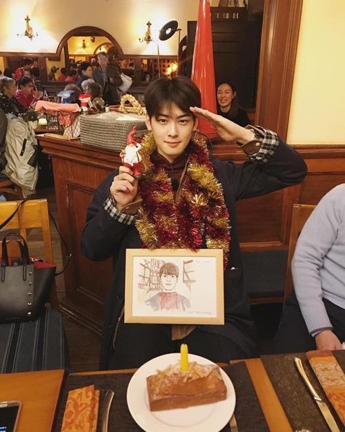 Cha Eun Woo mừng sinh nhật ở Pháp cùng dàn cast của show thực tế về du lịch Those Who Cross the Line.