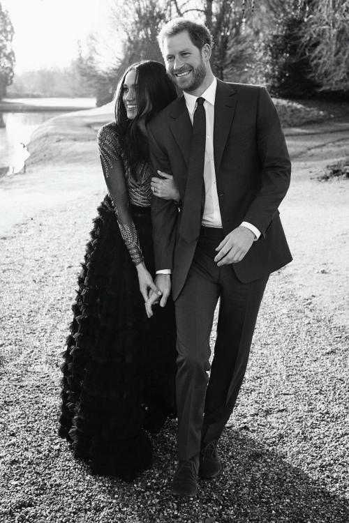 Công chúng Anh và người hâm mộ khắp thế giới rộn ràng tin tức về đám cưới Hoàng gia Anh của Harry - Meghan couple.
