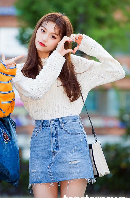 Váy jean rách, áo len mỏng và kiểu tóc mái rễ hành là đủ để Do Yeon trở thành hình mẫu trong mông của phái nam Hàn.