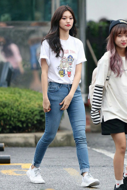 Áo phông, quần jean là cách phối đồ phổ biến nhất, dễ sử dụng nhất. Cô nàng sinh năm 1999 này vẫn còn thích thú với những họa tiết hoạt hình in trên áo.