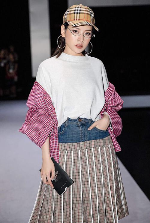 Nếu như Kỳ Duyên diện mũ để dạo phố thì Chi Pu lại mạnh dạn mang hẳn mũ lưỡi trai lên thảm đỏ. Cô nàng từng diện món đồ này đến tham dự Vietnam International Fashion Week, kết hợp cùng áo váy đều có họa tiết kẻ tạo nên hình ảnh phá cách.