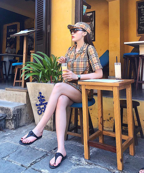 Kỳ Duyên là một trong những sao Việt đầu tiên sắm chiếc mũ hàng hiệu đắt đỏ này. Cô kết hợp với chiếc áo sơ mi cùng hãng, tạo nên combo cả cây tông xuyệt tông họa tiết kẻ sọc trứ danh.
