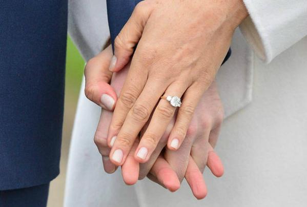 Nhẫn đính hôn do tự tay Hoàng tử Harry thiết kế tặng cho Meghan.