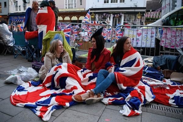Dân tình đổ xô đặt chỗ tại Windsor để được chứng kiến đám cưới giữa Harry và Meghan - 2