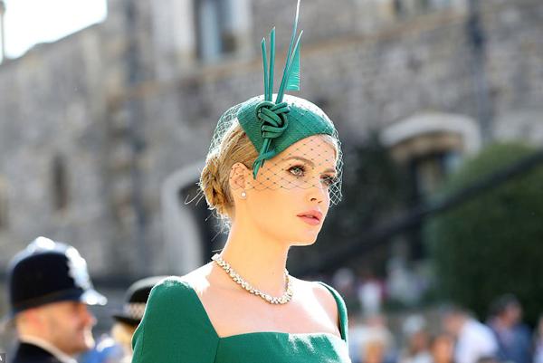 Sự xuất hiện của một mỹ nhân với thần thái kiêu sa, quyến rũ thu hút sự chú ý của những người theo dõi đám cưới hoàng tử Harry diễn ra vào ngày 19/5. Cô gái này là Lady Kitty Spencer - cháu gái của cố công nương Diana.