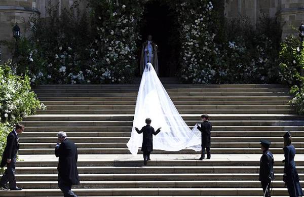 Chi tiết cầu kỳ nhất là chiếc khăn voan trùm đầu dài 5 m, giúp bước đi của cô dâu duyên dáng hơn.