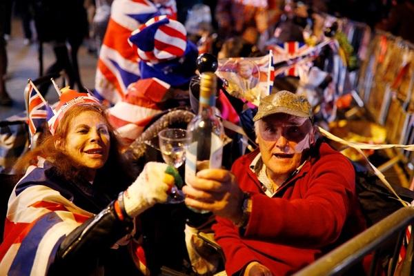 Dân tình đổ xô đặt chỗ tại Windsor để được chứng kiến đám cưới giữa Harry và Meghan - 4