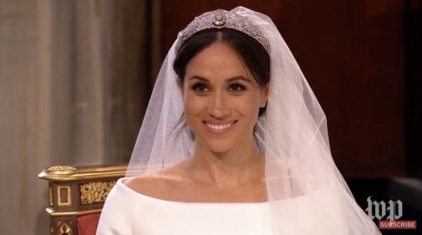 Cô dâu xinh đẹp với lối trang điểm nhẹ nhàng. Cô kết hợp cùng vương miện củaQueen Mary.