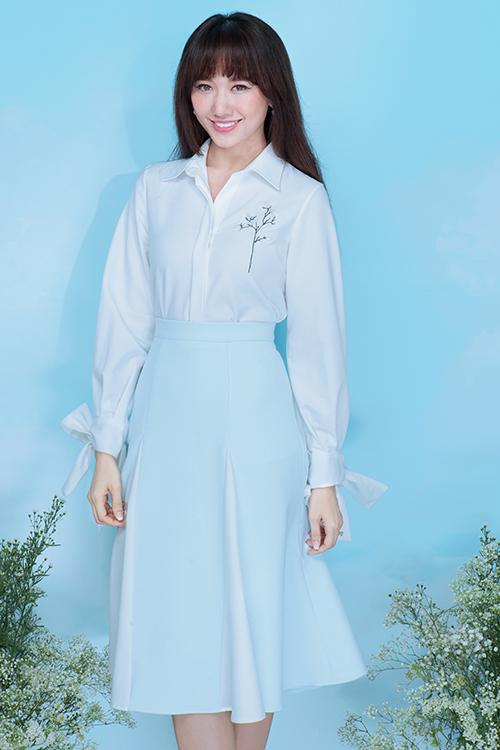 Hari Won đã thực hiện bộ ảnh với trang phục đậm chất thanh lịch, cùng những thiết kế mang màu sắc nữ tính được hòa quyện từ gam màu xanh pastel cùng trắng nhã nhặn.