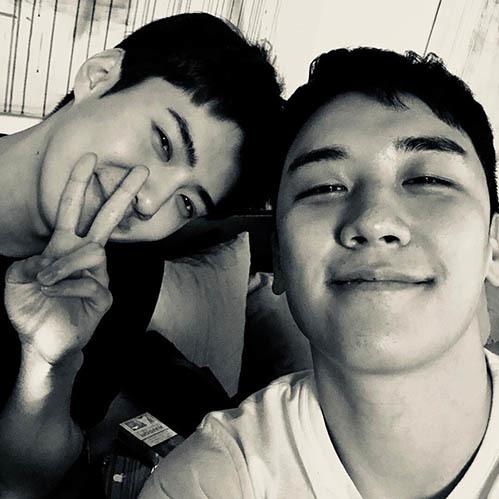 Seung Ri tiết lộ ảnh chụp chung với Se Hun và tiết lộ tình bạn 3 năm giữa em út của hai boyband hot nhất xứ Hàn.