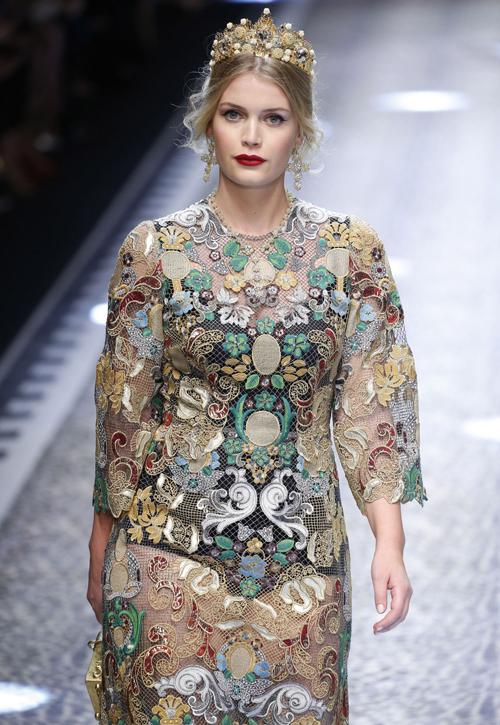 Vẻ đẹp kiểu cổ điển của chân dài có xuất thân hoàng gia rất phù hợp với phong cách mà Dolce & Gabbana hướng tới.