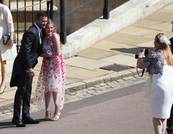 Victoria Beckham bị ném đá vì mặc như đi dự đám tang tại đám cưới của Harry - Meghan - 3