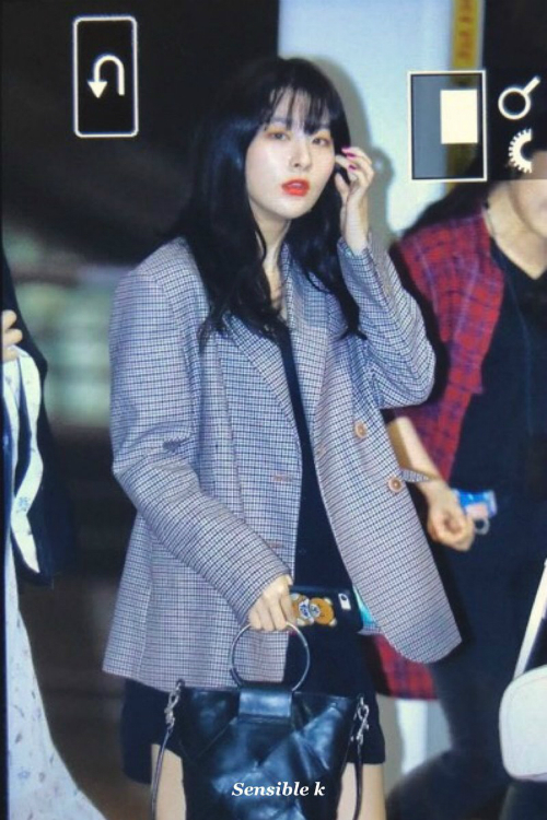 Seul Gi luôn xuất hiện với hình ảnh sang trọng, cô nàng sở hữu những mẫu suit kẻ khiến nhiều cô gái mơ ước.
