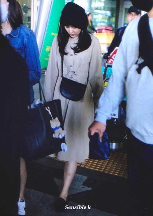 Khi trở về Hàn, Seul Gi xuất hiện với hình ảnh nữ tính hơn váy liền, mũ beret là phụ kiện tạo điểm nhấn.