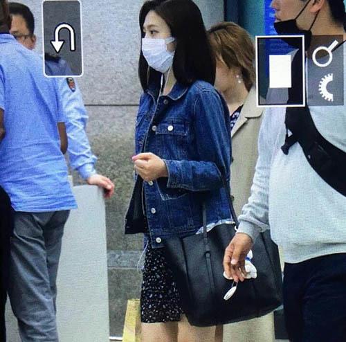 Joy dùng khẩu trang che kín vẻ mệt mỏi. Cách phối đồ váy hoa, áo khoác denim đã quá quen thuộc với các idol Kpop.