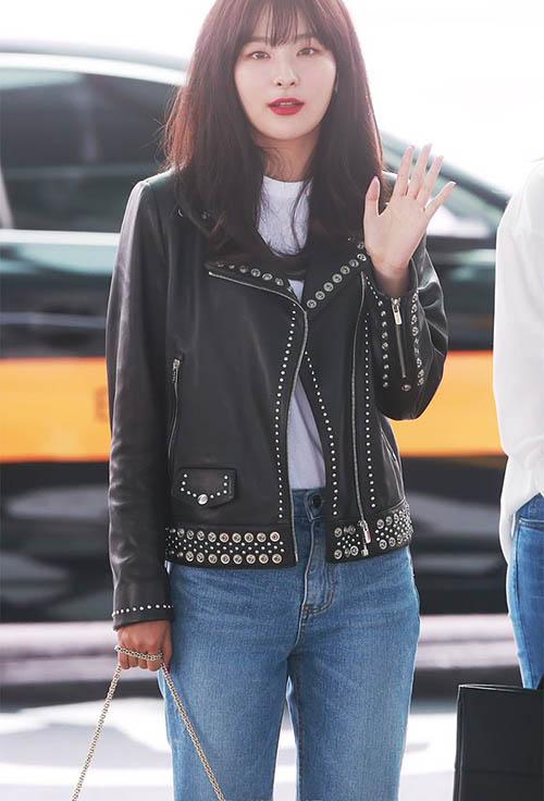 Vừa trở về Hàn, Red Velvet tiếp tục ra sân bay ngày 20/5. Seul Gi chọn một chiếc áo da nạm đinh hầm hố, kiểu trang phục này còn phù hợp với khi biểu diễn trên sân khấu.
