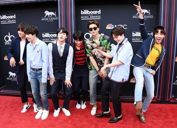 Sáng 21/5 (giờ Hà Nội), nhóm BTS gây chú ý khi có mặt tại lễ trao giải Billboard Music Awards, tổ chức ở MGM Grand Garden Arena, Las Vegas (Mỹ). Sự kiện quy tụ nhiều ngôi sao ca nhạc hàng đầu thế giới. BTS được đề cử ở hạng mục Top Social Artist và sẽ có sân khấu comeback toàn cầu với hit mới Fake Love.