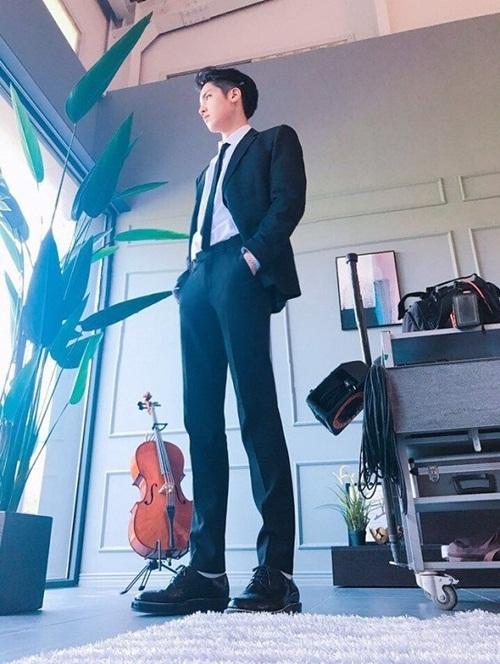 Đôi chân dài 108 cm của anh chàng đã góp phần to lớn tạo nên thân hình khiến nhiều người phải ngước nhìn.