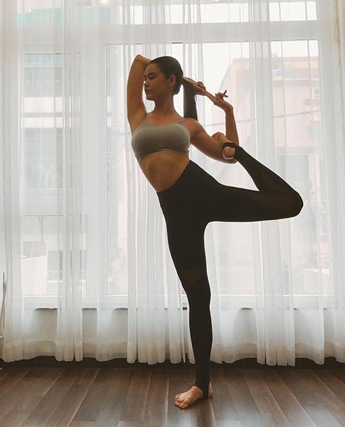 Trương Quỳnh Anh không chỉ chăm chỉ đến phòng tập mà còn rất tự giác thể dục thể thao tại nhà.