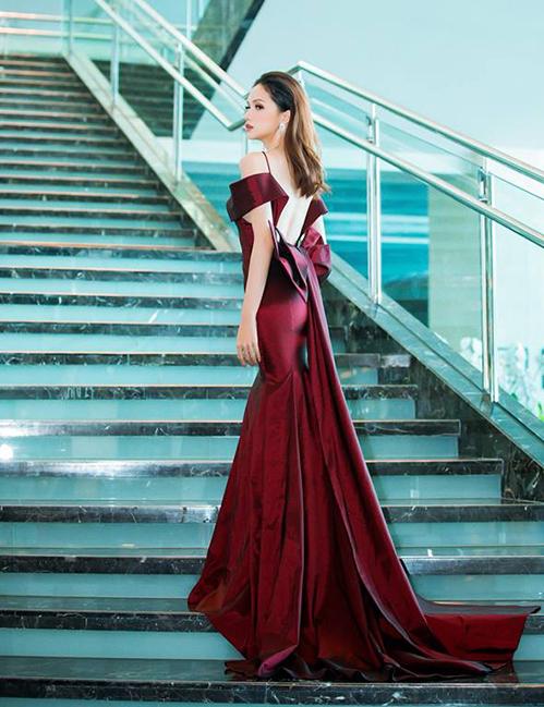 Trang phục với phần tà váy dài, khoét lưng sâu giúp Hương Giang khoe vóc dáng mảnh mai nhưng vẫn đầy gợi cảm.