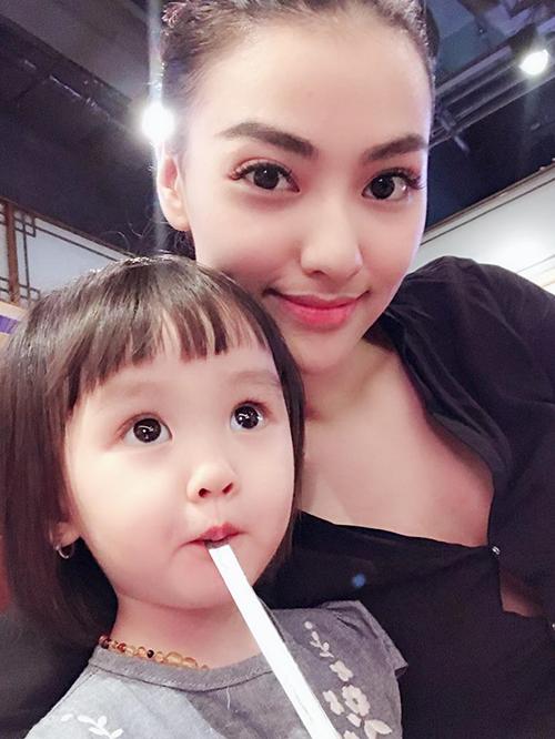 Hồng Quế khoe cô con gái có mắt nai tròn ngây thơ, xinh yêu không kém mẹ.