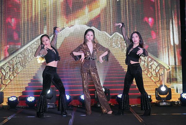 Cũng trong chương trình, người đẹp thay bộ jumpsuit khoét cổ sâu khoe vòng một đầy, làm nóng không khí với hai bài hát kèm vũ đạo bốc lửa.