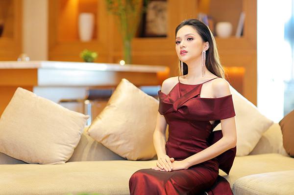 Sau 2 tháng đăng quang Hoa hậu chuyển giới quốc tế, Hương Giang ngày càng có thần thái kiêu sa. Cô cũng rất đắt show sự kiện với cả hai vai trò là hoa hậu và ca sĩ.