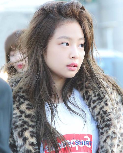 Cô nàng có làn da căng bóng, mịn màng như búp bê. Khi không trang điểm, Jennie trông rất trẻ trung và ngây thơ.