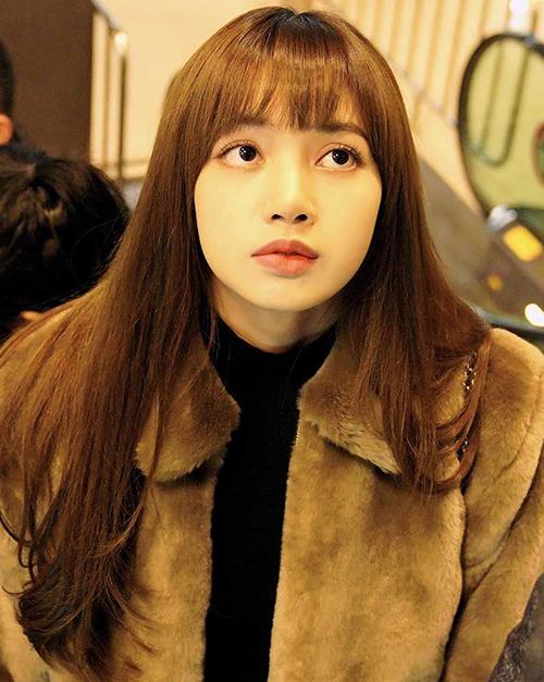 Vốn sở hữu đôi mắt to tròn nên Lisa chẳng cần phải trang điểm dày cũng đã đủ thu hút ánh nhìn. Một chút son môi và mascara đã đủ giúp cô nàng là mỹ nhân thứ thiệt.