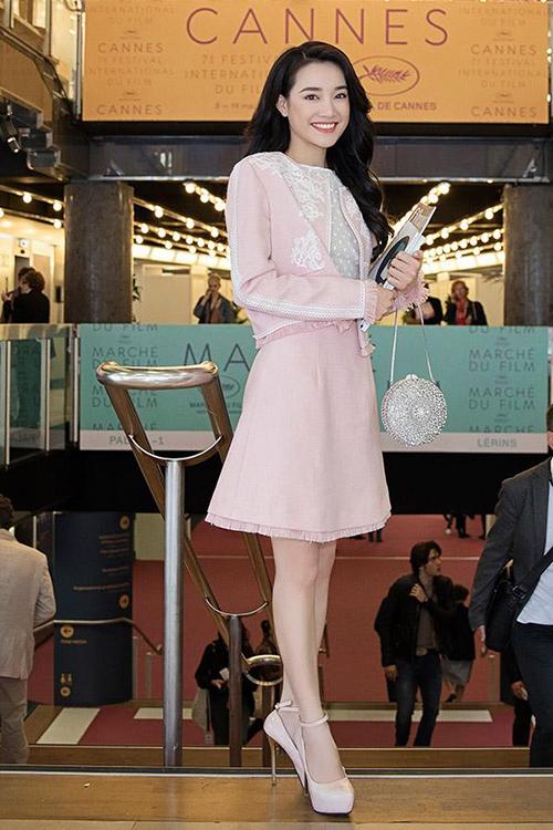 Vốn không quá ưa chuộng giày siêu cao gót nhưng Nhã Phương khi đã đi Cannes cũng phải gắn bó với những đôilênh khênh để cải thiện số đo.