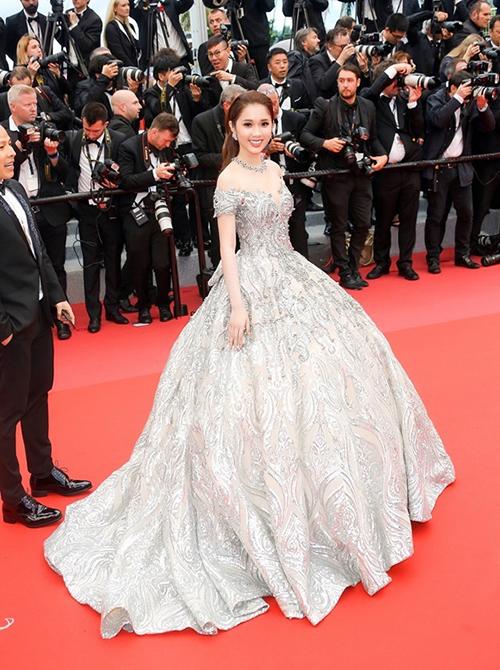 Người đẹp Quỳnh Hương muốn diện chiếc váy bồng bềnh lên dáng cũng không thể thiếu trợ thủ là giày siêu cao.