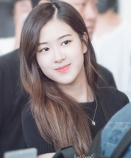 Khi để mặt mộc tự nhiên, cô nàng trông hiền dịu chuẩn Á Đông hơn. Nhiều fan cũng bình chọn Rosé là người có gương mặt không son phấn đẹp nhất Black Pink.