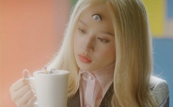 Cô gái 3 mắt vừa dị, vừa cá tính được Chi Pu chọn thể hiện.