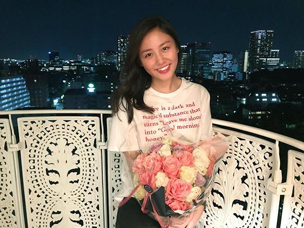 Văn Mai Hương khoe được người hâm mộ giấu mặt tặng hoa.