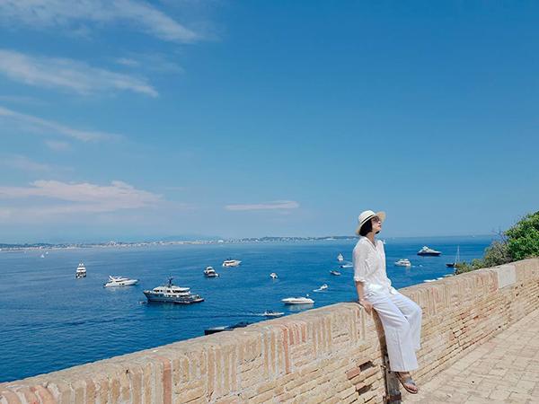 Ngô Thanh Vân khoe vẻ trẻ trung bên biển Cannes ngập nắng.
