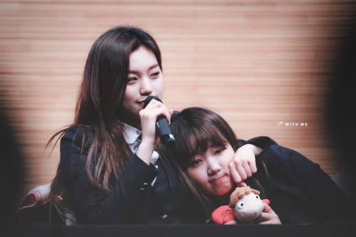 Khuôn mặt tròn vo, mềm mềm của Yoo Jung thường xuyên bị Do Yeon lôi ra sờ nắn khi buồn tay.