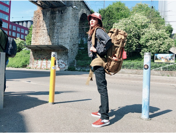 Dara có style ngầu đúng chất du lịch bụi.