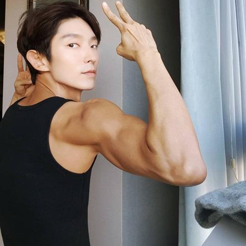 Lee Jun Ki mặt hốc hác nhưng cánh tay đầy cơ bắp chắc nịch.