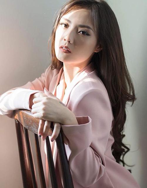 Thời gian gần đây, hot girl Sài thành bắt đầu quay trở lại showbiz sau thời gian tập trung chăm con, giải quyết việc riêng tư gia đình. Những lùm xùm chuyện tình cảm khiến cô nàng đã lâu không tham gia nghệ thuật nhưng vẫn được chú ý.