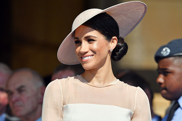 Cách búi tóc lệch gợi nhớ đến Công nương Kate Middleton.