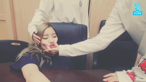 Đôi khi Da Hyun bị bóp mặt chỉ vì... dễ thương quá.