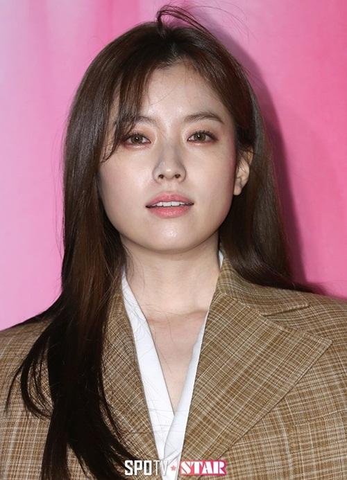 Những người từng tiếp xúc với Han Hyo Joo ngoài đời đều có chung nhận  xét rằng nữ diễn viên sở hữu vẻ đẹp thuần khiết, không nặng nề như  trong hình.