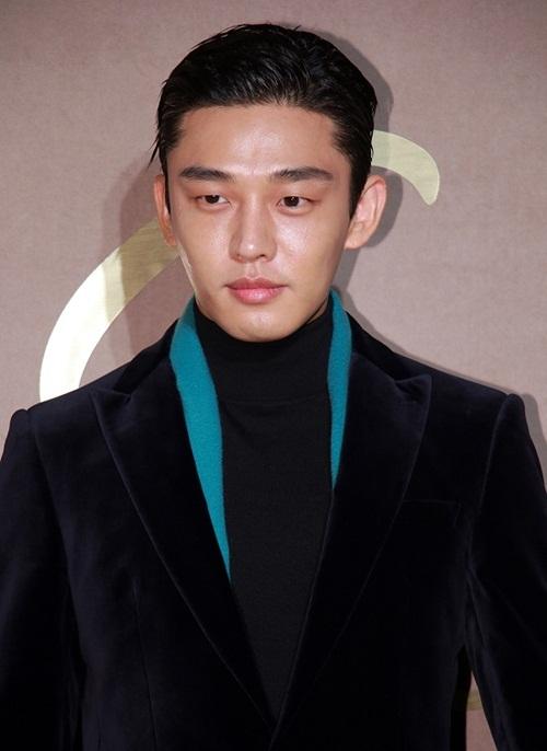 Những khán giả từng gặp Yoo Ah In đều khen anh chàng có một làn da  đẹp cùng vẻ ngoài phong trần, quyến rũ khác xa với những bức ảnh  kém sắc trên báo.