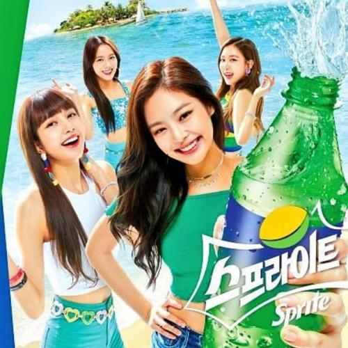 Trong ảnh quảng cáo, Jennie chiếm vị trí to nhất, đứng giữa.