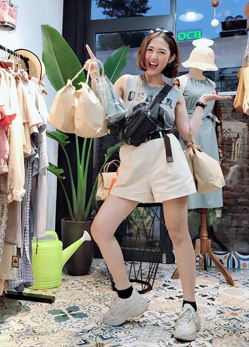 Trang Cherry không chỉ diện đồ ngỗ nghịch như con trai mà còn có cách tạo dáng nghịch ngợm lúc đi mua sắm.