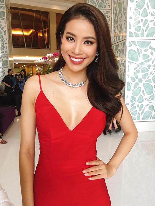 Phạm Hương mặc váy xẻ cổ sâu khoe vòng một đầy khi đi sự kiện.