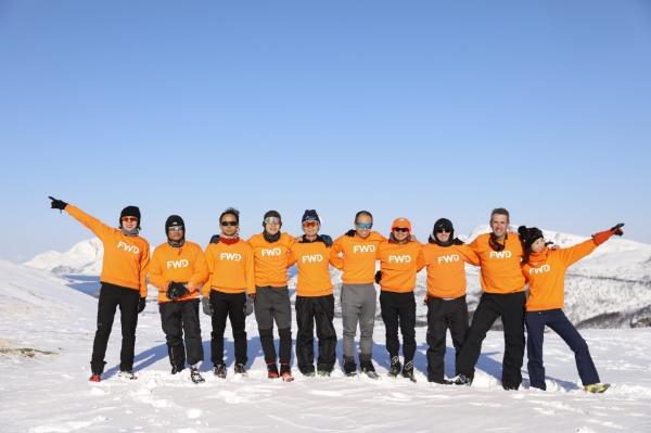 Các vận động viên xuất sắc vượt qua chặng đua 42 km trên biển băng Bắc Cực.