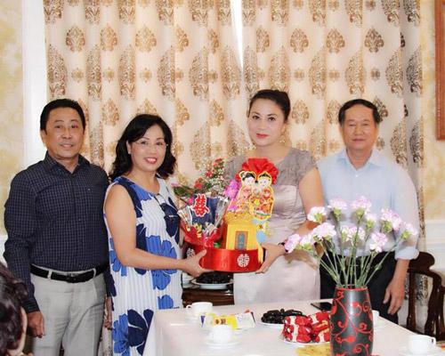 Gia đình nghệ sĩ Hương Dung mang lễ đến trong ngàydạm ngõ.